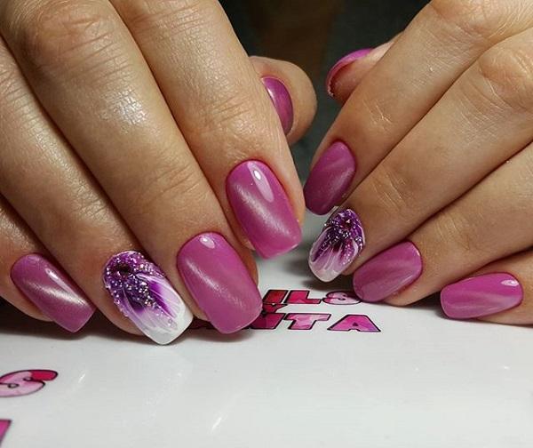 Блискучі рожеві квіти.  Для всіх тих дівчат, які там живуть, це справді варто спробувати.  Ви можете обладнати свої нігті за допомогою цього дивовижного дизайну нігтів, який демонструє сліпучу гру блістерів, шпильок та різних фарб нігтів.