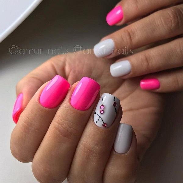 Простий білий і рожевий акцент.  Це серйозно варто спробувати, якщо ви не фантастика.  Просто візьміть нігті з насиченим рожевим і простим білим акцентом, змінюючи кілька чорних ліній і рожевих шпильок по черзі.