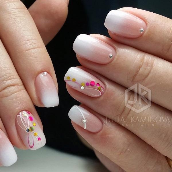 Гра в шпильки на омрові цвяхи.  Отримайте ваші нігті, прикрашені дизайном ombre разом з грати мульті відтінки шпильки над ними.  Це дивовижний дизайн нігтів для весни, який може йти з будь-яким з ваших нарядів.