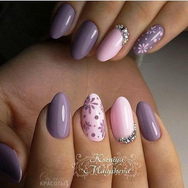 Королівська весна.  Отримайте ваші нігті королівським виглядом з цим твором мистецтва на ваших нігтях, іскрі блиску, блиск алмазів і дотик глянсових фіолетових кольорів, що робить цей дизайн нігтів ідеальним для королівської весни.