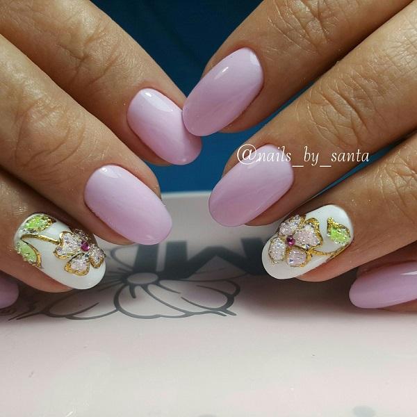 З тисненням срібного квіткового нігтів на весну.  Набрясіть оголені нігті срібною квіткою, набиті золотим глянсовим кольором нігтя та зеленими шпильками на листя.  Цей акцент зробить вашу руку ідеальною для весняного сезону.