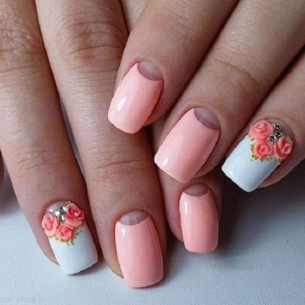 Печінки тиснені квіти на білій основі.  Персикові кольори та білі бази цілком мають тенденцію цього літа.  Отримайте ваші нігті, прикрашені білою основою та персиковими квітами з діамантами та заклепками, щоб додати естетичну цінність для нігтів.  Ви також можете спробувати цей дизайн з іншими оголеними кольорами, такими як кремова шкіра або оголена рожева.
