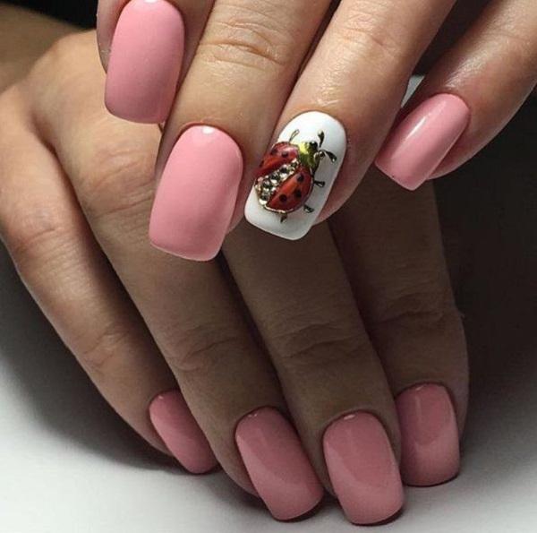 Інший ледібік на нігті.  Ще один боді-біг на дизайні нігтів варто спробувати цього літа, якщо ви любите природу.  Покрийте всі свої нігті опущеним рожевим кольором та намащуйте помилку дами на кільцевому пальці із золотим дотиком та чорними деталями.