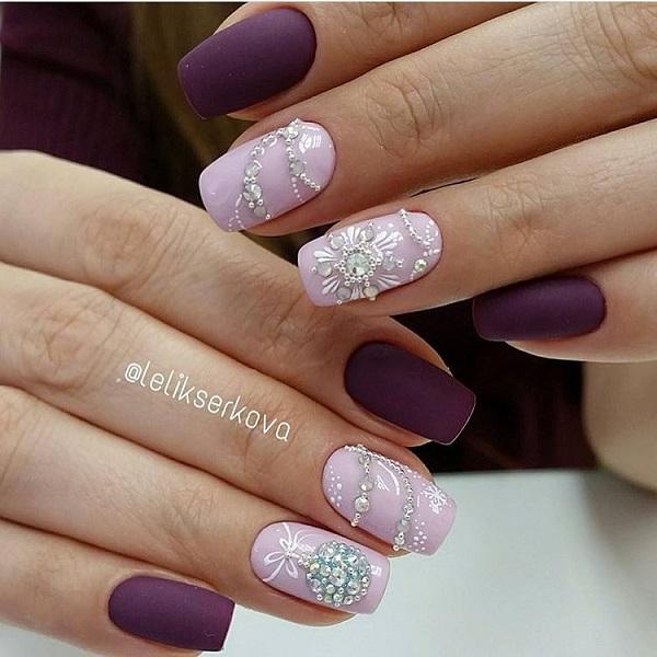 Це шиповане фіолетовий квітковий малюнок.  Купуйте свої фіолетові цвяхи з квітами та білими алмазами, щоб додати неперевершений приємний весняний та святковий зв'язок зі своїми нігтями.