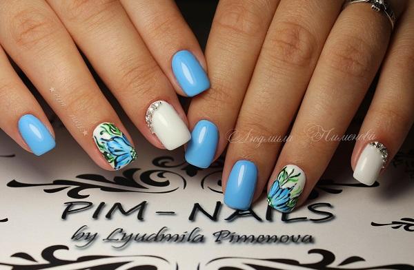 Цвітіння прикрашали цвяхи.  Отримайте ваші нігті прикрашені синім квітковим візерунком та білим кольором акцент разом з діамантами.