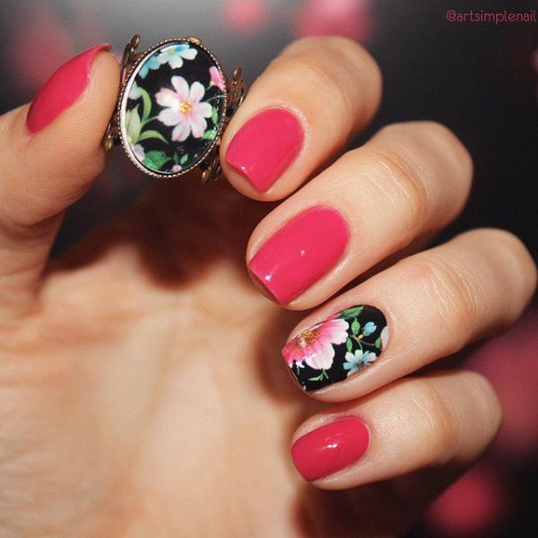 Чорний квітковий візерунковий акцент для нігтів.  Художник отримав натхнення для цього мистецтва з кільця, що дівчина тримає на зображенні, але немає нічого поганого з цим веселим дизайном нігтів для весняного сезону.